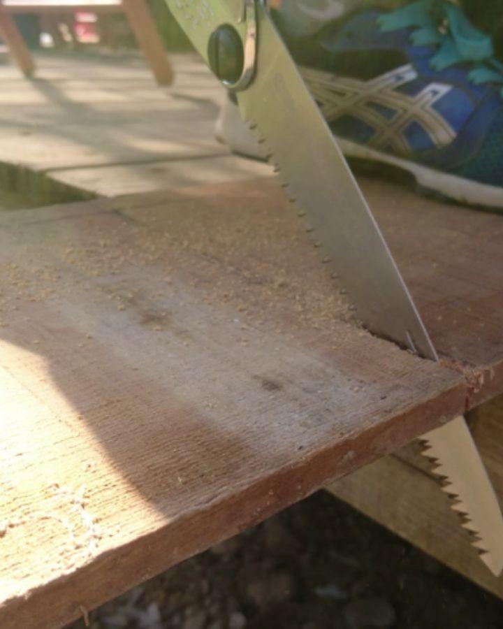 """今日の""""おうちじかん""""。ぼかぼか陽気だし、外で何か作ろう!で野鳥たちの集うエサ台をDIYで子どもたちと製作。思いつきと成り行きだったので、道具も材料もかなりテキトーに…。いざ板を切ろうと手持ちの剪定鋸を引くもこの切れ味では日が暮れる…。慌ててSilkyのポケットボーイをゲット!さすが世界最高の切れ味、シルキー。子どもの力でも慣れてしまえばみるみる切れる切れる。 """"いい道具はいい結果をもたらす。""""シルキーは握る者に最高のパフォーマンスを発揮してくれます。ストーブハウスは日々の生活の道具、そして使って満足度の高いアイテムを常に追い求めております。このSilkyの鋸もまさにそんなアイテムの一つです!ラインナップも豊富なシルキーを是非お試しあれ。#ストーブハウス#薪ストーブ#シルキー#鋸#生活の道具#切れ味抜群 #アウトドア#おうち時間 #コロナウイルスに負けないぞ #長野県#山梨県#八ヶ岳#原村#キャンプ#雑貨#stovehouse#silky #diy #野鳥"""