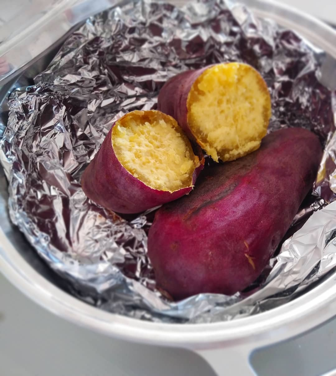 さつまいもの苗の植え付け時期ですね簡単でおいしい[焼きいも]は無水鍋の得意料理です。さつまいもを洗って アルミホイルをしき、フタをして弱火で加熱,30~40分ほどそのまま焼けば、出来上がり!(途中で一度ひっくり返します️) [炊く、蒸す、煮る、茹でる、焼く、炒める、揚げる、天火]1つで8通りの調理法が楽しめる無水鍋。 【KING無水鍋】ストーブハウス原村店にて販売しております。~おうちごはんを楽しもう~#ストーブハウス原村#原村#八ヶ岳#キッチン道具#無水鍋#無水料理#さつまいも#焼きいも#ホクホク#薪ストーブのある暮らし #おうちの時間 #おうちごはんを楽しもう#美味しい暮らし