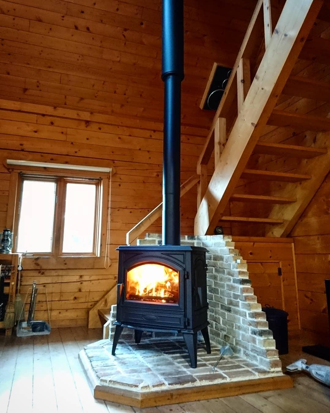 woodstove & chimneybefore and after series no.7コンベンションヒーターを愛用した前オーナーからログハウスを引き継いだ新オーナー。煙突もストーブもくたびれて…満を持して憧れのドブレストーブとチムニートップへ全改修。時と共に味わいを増した飴色のログ壁、アンティークレンガのストーブステージ、ストーブは替わってもその相性はバッチリです。#ストーブハウス原村#八ヶ岳の薪ストーブ専門店#八ヶ岳#北杜市#ドブレ#ベルギー#640wd#薪ストーブ#レンガ#ログハウス#春#アンティーク#セカンドライフ#長野県#山梨県#神奈川県#アウトドア#キャンプ#diy#シンプル#別荘#田舎暮らし
