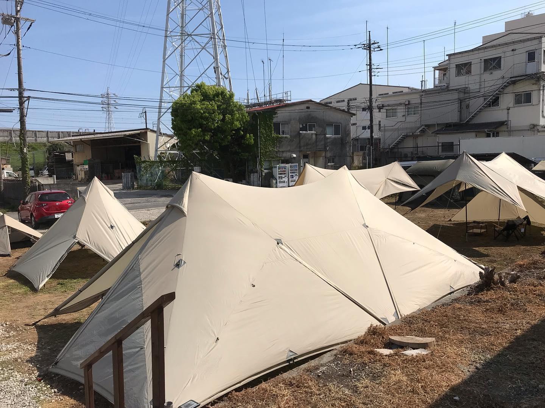 鎌倉天幕。テント屋が仲間の為に作ったテント。テントの究極はシンプルで強いモノ。このテント、凄いです。TCの通気性は心地がいい。TCというと、最近耳にする難燃、難燃、難燃。難燃と言えば何でもOK的な昨今のキャンプシーン。自分達なりに一度立ち止まって考えてみると、難燃は難燃でいいが、そもそものテントのクオリティや快適性、更にはデザインやメーカーのコンセプト。この部分の方が実は大切。難燃、燃えにくいだけで燃えますよ。難燃を売りにしてるところがあるなら、一度立ち止まってみてブランドの本質をみるのもいいかもしれません。当店では難燃ウリはしません。違った角度からみると凄く良いところがみえてくる。特にテントに関してはそれを感じます。GW鎌倉天幕体験会します。TCの快適性を体験してみてください。#鎌倉天幕 #tc #タープ #テント #アウトドア #ストーブハウス原村 #八ヶ岳 #原村 #富士見 #蓼科 #山の暮らしのお手伝い