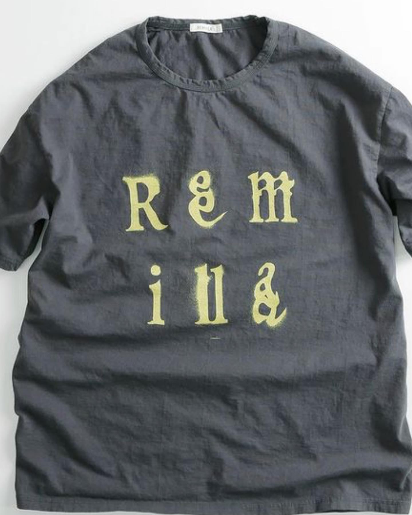 remilla tee 入荷です。着心地の良さはもちろんのこと、シンプルの中にもボディとステンシルの色のバランスも抜群にハマる。レミーラ の動きのあるtee でこれからの季節は決まり#レミーラ #remillaclothing #remilla #スケート #夏のコーデ #アパレル #長く着られる大人服 #愛着のある服 #ヘビーユーズ #薪作業はまだまだ続く #薪ストーブのある暮らし #八ヶ岳の薪ストーブ専門店 #ストーブハウス原村 #八ヶ岳 #原村 #富士見 #蓼科