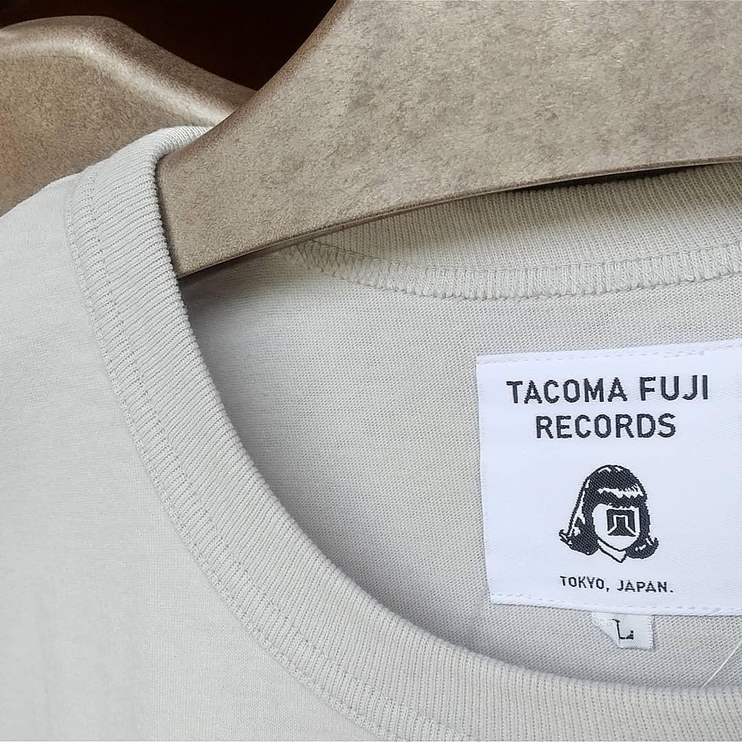 【TACOMA FUJI RECORDS】 T-shirt入荷しましたこれからの季節、何枚あってもイイですね今回もストーリーがおもしろい( 原文お借りしますm(_ _)m )#薪ストーブ#薪ストーブのある暮らし #山の暮らしのお手伝い#八ヶ岳#原村#tacoma#tacomafujirecords#tshirt️Downward Bound designed by Jerry UKAI️(dedicated to Mr. Warren Harding and Mr. Royal Robbins)「あぁ、ジェリーをダウンワードバウンド式ゾーンシステム*に当てはめるなんてバカバカしくてやめたのさ…。」とあるレジェンドクライマーはそう語った。10代後半でトリプルクラウンを達成、コンチネンタル・ディバイド・トレイルの名物ガイドとなり、小さな体で山道を軽快に歩く姿から「マウス」と呼ばれた若き日のジェリー・マルケス。写真嫌いだったと言われるその頃の姿を記録した写真は驚くほど少ないが、ロッククライマーとしてヨセミテで活躍していた頃の貴重な1枚の写真が何故か長野県白馬で発見された。今となってはみんなの人気者、ジェリーマルケスとは思えない、鼻っ柱の強さと可愛げのなさに「これがあのマルケス?」と真贋が騒がれたが、日本人で数少ない若き日のマルケスを知るジェリー鵜飼がいつもの口調で放った「ああ、これマルケスさんの若い頃だよね」の一言で一件落着&マルケス認定。そんな一連の騒動を記念して、写真を発見した白馬を拠点とするQUIET SPORTがTACOMA FUJI RECORDSに別注をかけて作られTシャツです。*ウォレン・ハーディングの著書「墜落のしかたおしえます」の付録ページで紹介された独特な人格グレーディングシステム。偉大なクライマーの理想像をゾーン1とし、ダメなクライマーであるほどゾーン10に近い数値を叩き出すシステムで、実在するクライマーを下らない理由でボロクソにこき下ろしたことで有名。*このストーリーはフィクションです。