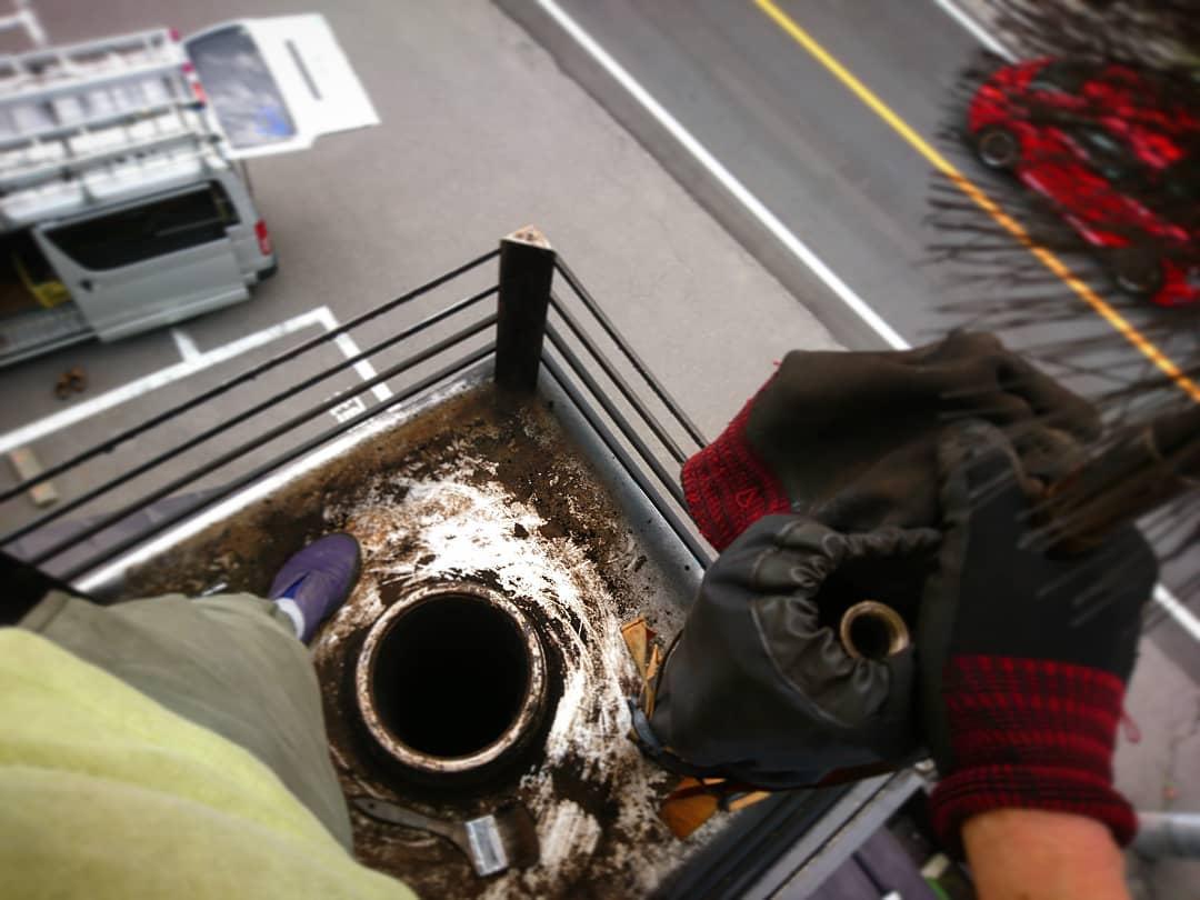見下ろせば車はビュンビユン通りすぎ、オーナー様も屋根下でDIY。見上げれば今にも雨が降りだしそうなグレーな空。色んな意味で気が抜けない本日の煙突掃除。#ストーブハウス原村 #八ヶ岳の薪ストーブ専門店 #蓼科#長野県#茅野市#山梨県#diy#北杜市#煙突#赤い車#高所#アウトドア#キャンプ#オーナー#別荘#移住#薪ストーブ#プロ#雑貨#山の暮らし#火のある暮らし#梅雨