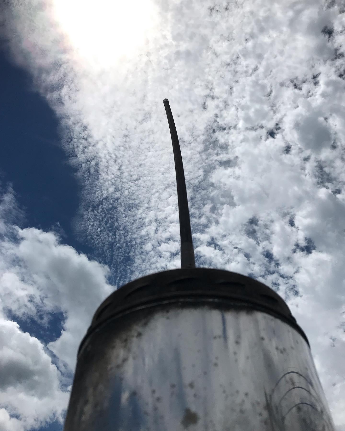 梅雨の隙間を狙い撃って神奈川行脚普段は高原の乾いたそよ風を感じながらのお掃除ですが、焼けるような日差しと海からの湿った空気で汗ダラダラたまに吹く風がなんとも気持ちいい♂️#薪ストーブのある暮らし #湘南スタイル #海風 #サーフィン #夏 #暑い #でも気持ちいい #煙突掃除 #メンテナンス #行脚 #八ヶ岳の薪ストーブ専門店 #ストーブハウス原村 #八ヶ岳 #原村 #富士見 #蓼科