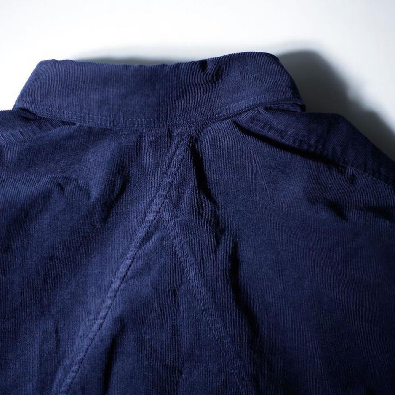 remilla ヒトエラウンドシャツ「いつもそのシャツだね」と言われる程のヘビーユーズシャツ。人気のヒトエラウンドシリーズ。今回はコーデュロイで秋の装いに合うカラーで登場。ピッタリサイズでもオーバーサイズでもおかしくないデザインがレミーラの最大の特徴。カジュアルでもフォーマルでも合わせる事が出来るので、スニーカーでも革靴でもどちらにも合います。苦しくない襟付きを是非^_^#remilla #ヒトエラウンドシャツ
